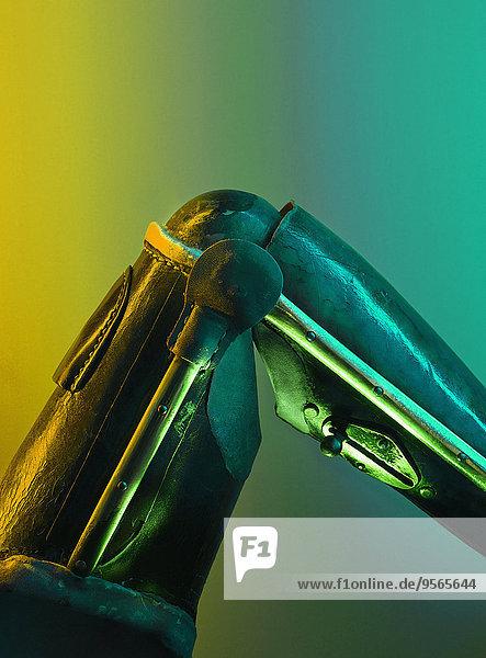 Beschnittenes Bild des Robotergliedes vor farbigem Hintergrund