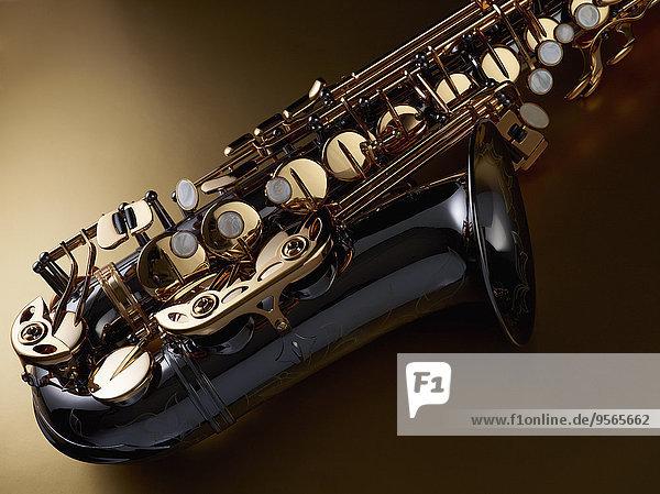 Hochwinkelansicht des Saxophons vor farbigem Hintergrund