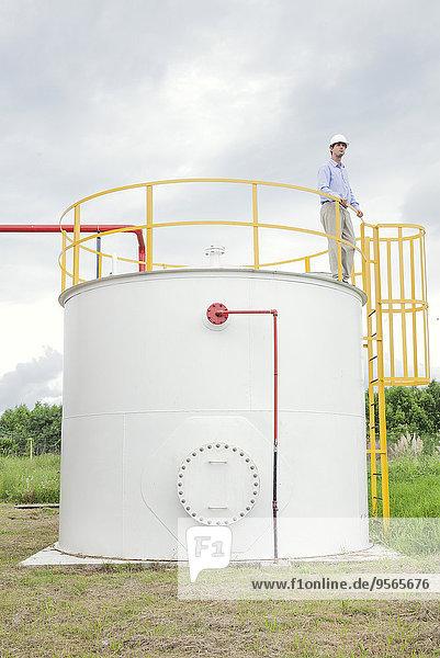 Ingenieur bei der Inspektion von Chemikalien-Lagertanks