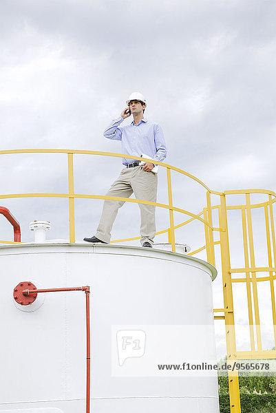 Ingenieur bei der Inspektion von industriellen Lagertanks