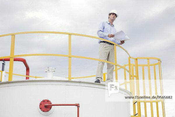 Ingenieur bei der Überprüfung von Plänen in Industrieanlagen