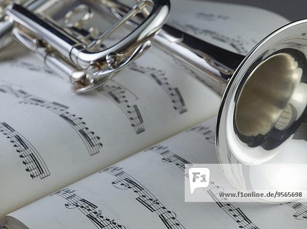 Nahaufnahme der Trompete auf den Noten