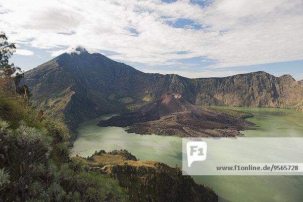 Blick auf den Berg Rinjani vor bewölktem Himmel bei Lombok  Indonesien