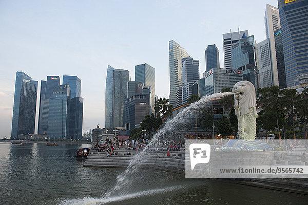 Blick auf den Merlion Park und die Skyline von Singapur