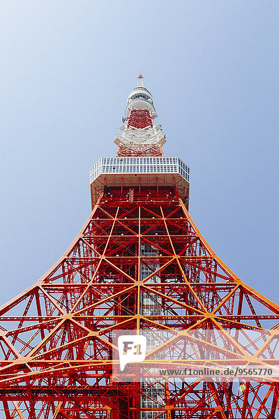 Tiefblick auf den Tokyo Tower gegen den klaren Himmel