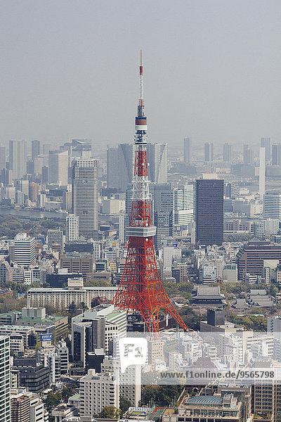 Tokio Tower inmitten des Stadtbildes