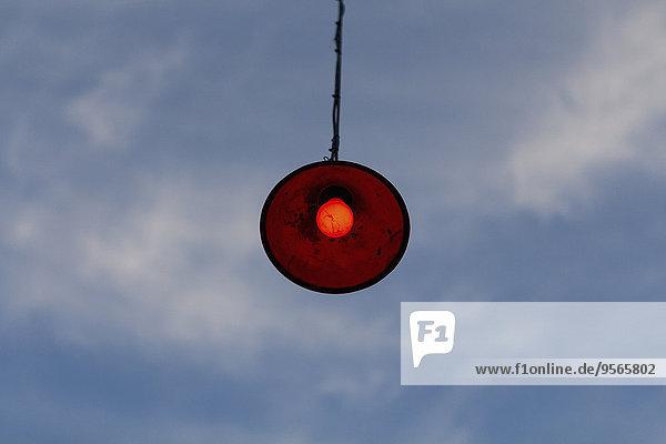 Niederwinkelansicht der Lampe bei bewölktem Himmel