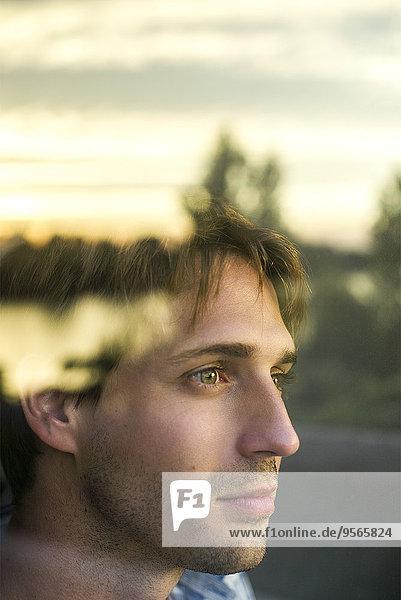 Mann schaut aus dem Fenster und denkt über eine Zukunft voller Potential nach