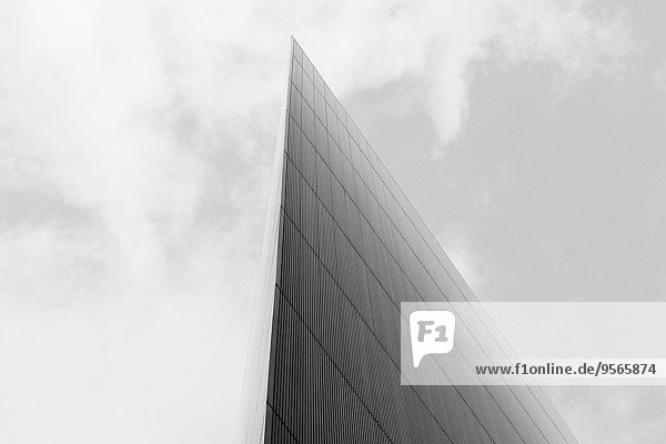 Flachwinkelansicht des Glasgebäudes gegen den Himmel