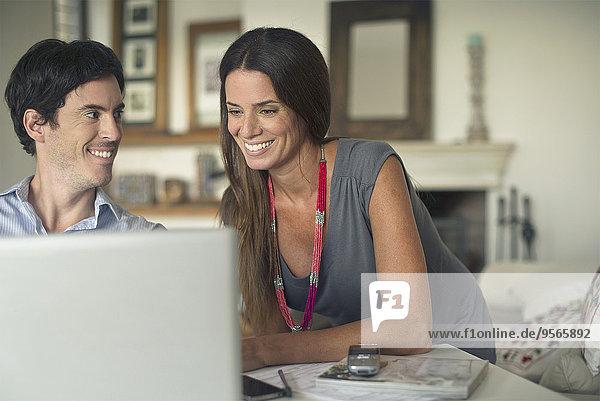 Paar mit Laptop-Computer zu Hause