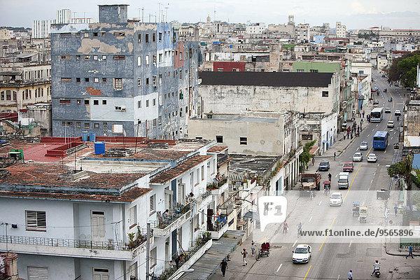 Hochwinkelansicht von Straßen- und Wohngebäuden in der Stadt