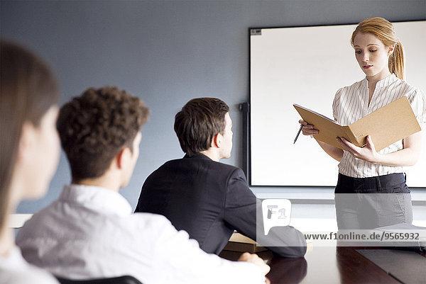 Geschäftsfrau präsentiert Bericht auf der Hauptversammlung