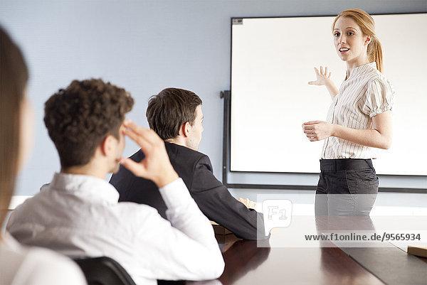 Geschäftsfrau hält Vortrag auf der Firmenversammlung