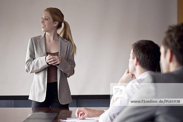 Geschäftsfrau moderiert Gruppendiskussionen
