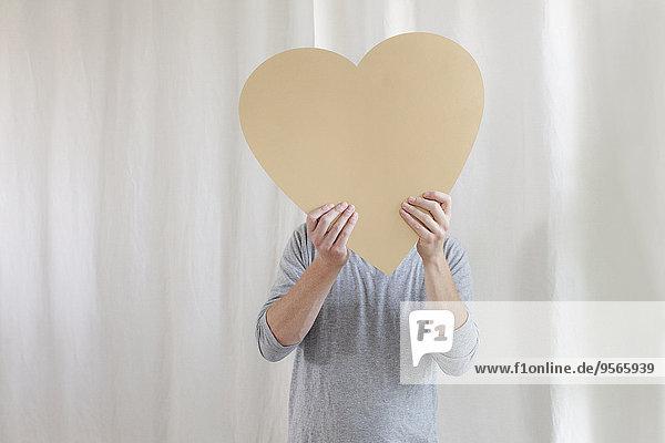 Interior,zu Hause,Form,Formen,Mann,halten,frontal,reifer Erwachsene,reife Erwachsene,herzförmig,Herz