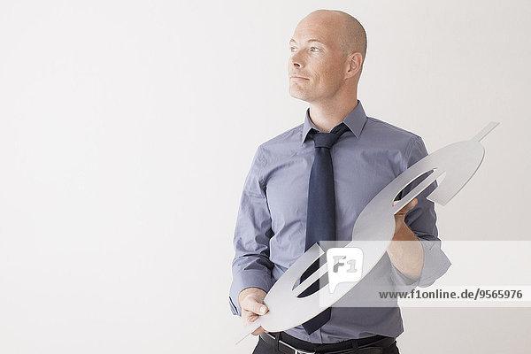 Zuversichtlicher Geschäftsmann mit Dollarzeichen auf weißem Hintergrund
