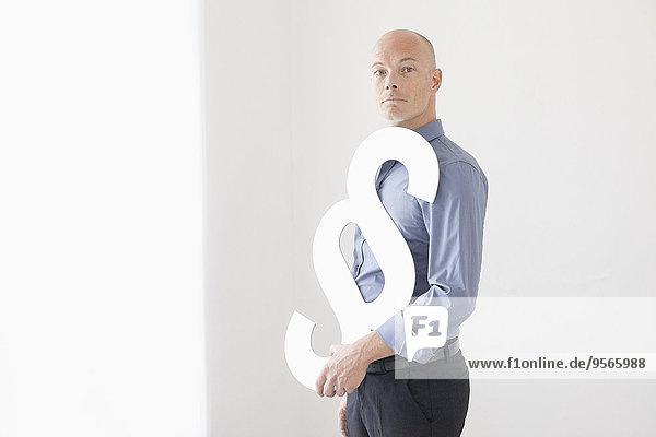 Portrait,Geschäftsmann,halten,Zeichen,Büro,Ansicht,Seitenansicht,Paragraphenzeichen,Signal