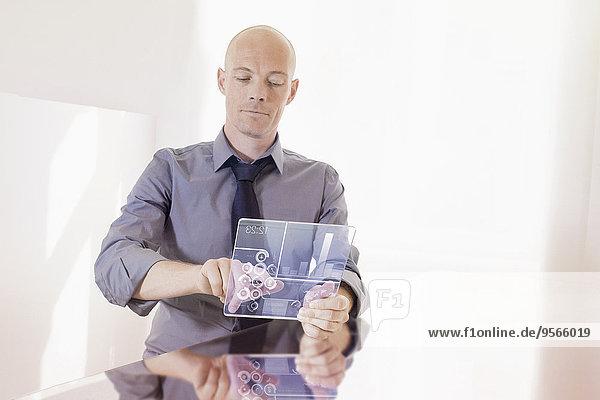 durchsichtig,transparent,transparente,transparentes,benutzen,Schreibtisch,Geschäftsmann,Büro,Tablet PC