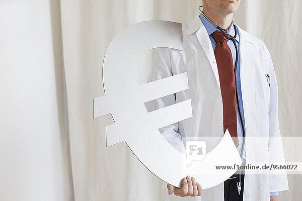 Mittelteil des männlichen Arztes mit Euro-Symbol in der Klinik