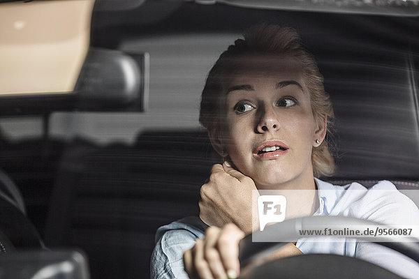 Rückansicht,Frau,sehen,Auto,fahren,Mittelpunkt,Erwachsener,Spiegel
