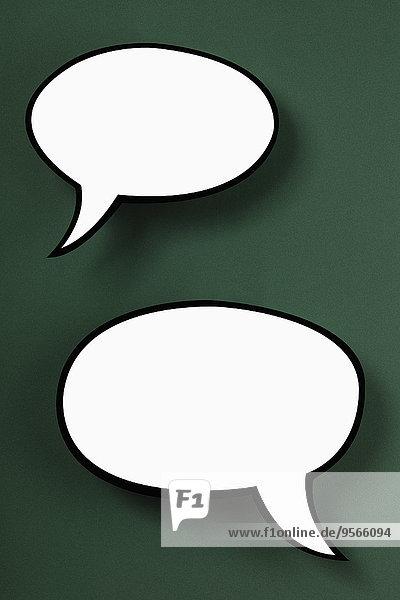 Leere Sprechblasen vor grünem Hintergrund