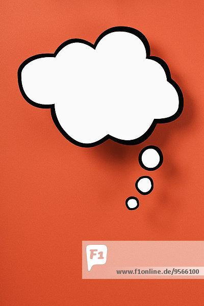Leere Gedankenblase vor orangem Hintergrund