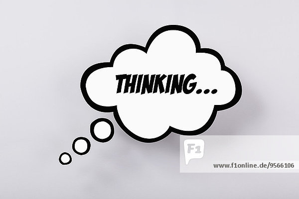 Denkende Sprechblase vor grauem Hintergrund