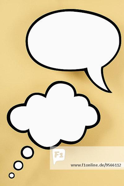 Eine leere Sprechblase und leere Gedankenblase  gelber Hintergrund