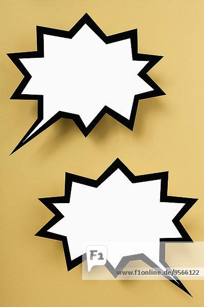 Leere explodierende Sprechblasen vor gelbem Hintergrund