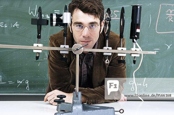 Ein Lehrer mit einem optischen Instrument