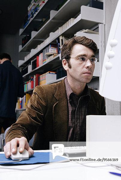 Mann,Computer,arbeiten,Bibliotheksgebäude