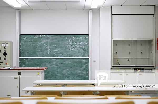 Ein Physik-Diagramm auf einer Tafel