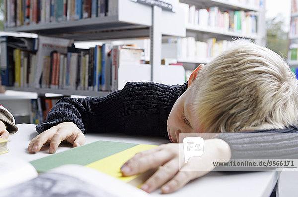 Schreibtisch,nehmen,Junge - Person,dösen,Bibliotheksgebäude