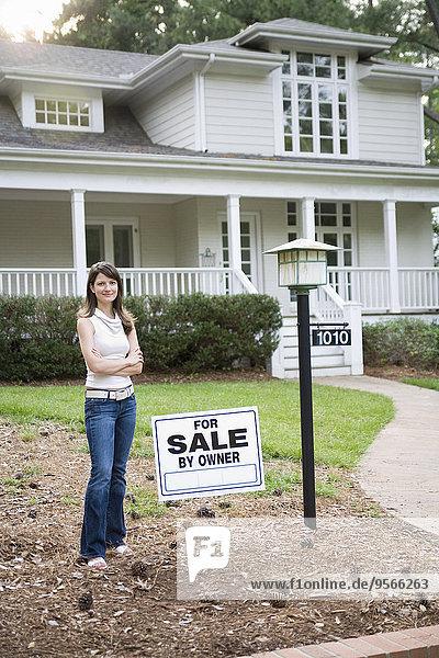stehend,junge Frau,junge Frauen,Wohnhaus,frontal,Inhaber,verkaufen