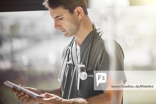 Arzt im Krankenhaus Station Tablet PC