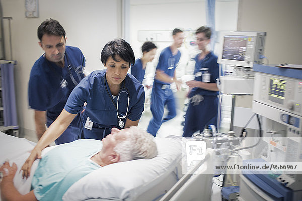 Zwei Ärzte bereiten ältere Patienten auf die Behandlung vor.