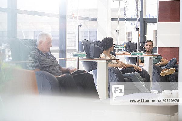 Patienten in Sesseln  die auf der Krankenstation behandelt werden