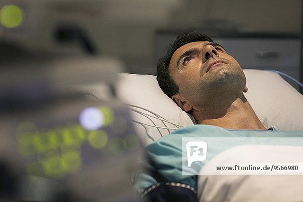 Patient im Krankenhausbett liegend