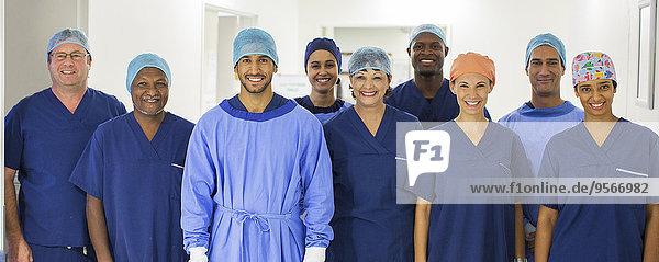 Gruppenporträt der Chirurgen im Krankenhausgang