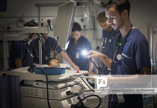 Gruppe von Ärzten, die den Patienten auf der Krankenstation betreuen