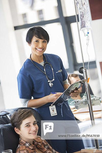 Ärztin posiert mit einer jungen Patientin  die in der Spitalabteilung behandelt wird.