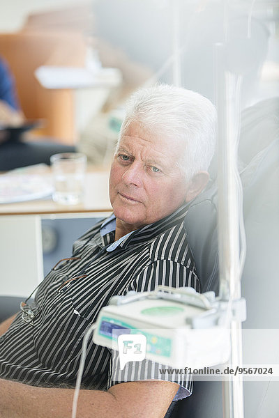 Älterer Mann erhält intravenöse Infusion im Krankenhaus