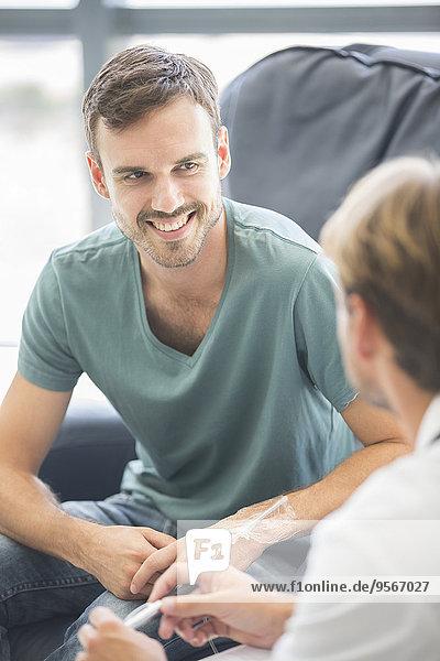 Arzt im Gespräch mit dem Patienten im Krankenhaus
