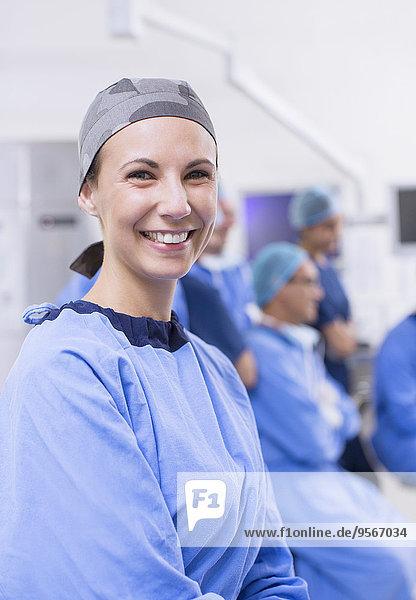 Porträt einer Chirurgin im Operationssaal