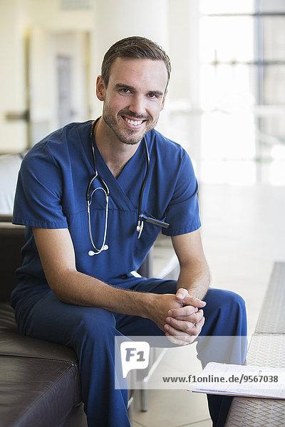 Porträt eines Arztes auf dem Sofa im Krankenhaus