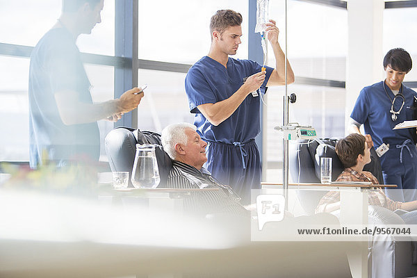 Ärzte  die Patienten mit intravenöser Infusion im Krankenhaus behandeln