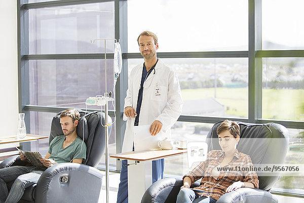 behandelnder Arzt bei intravenöser Infusion im Krankenhaus