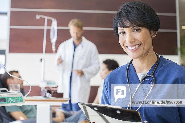 Portrait einer Ärztin mit Klemmbrett im Krankenhaus