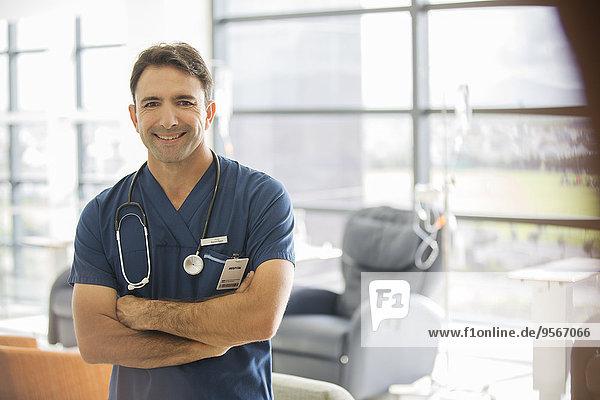 Portrait des männlichen Arztes im Krankenhaus