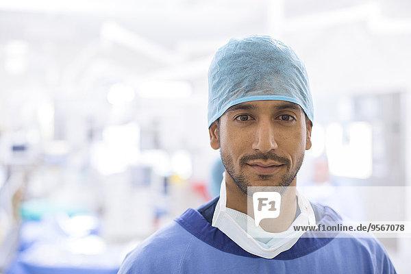Portrait eines Chirurgen mit Haarnetz